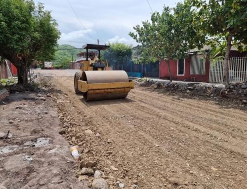 Construye Ayuntamiento obra de empedrado ahogado en concreto en Rincón de López.